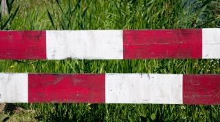 Rot weiß stop zaun