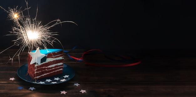 Rot-weißer und blauer kuchen wie die usa-flagge für den unabhängigkeitstag oder das usa-thema-party-essen, 4. juli-konzept, bunker, nahaufnahme