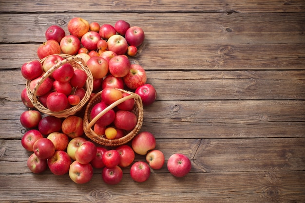 Rote äpfel auf altem hölzernem hintergrund
