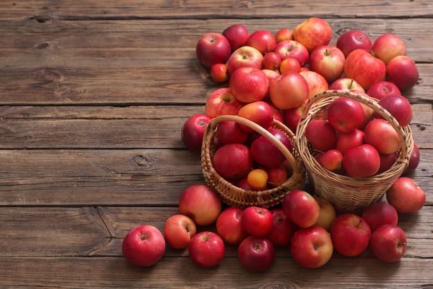 Rote äpfel auf alter holzoberfläche