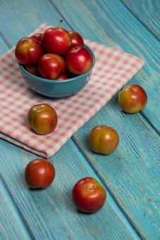Rote äpfel auf dem roten küchentuch