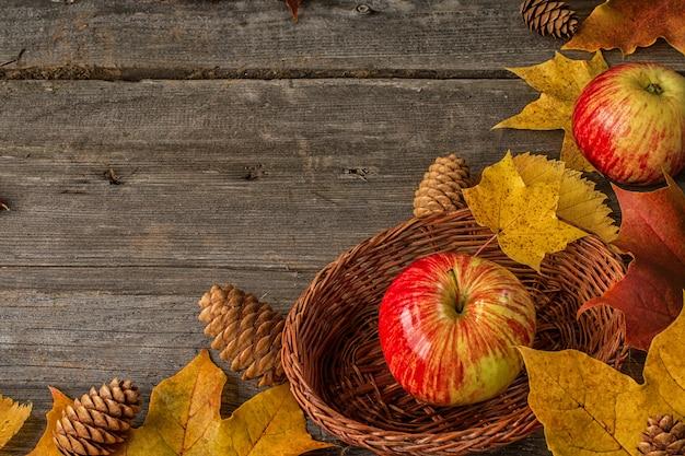 Rote äpfel auf draufsicht des herbstlaubs