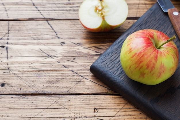 Rote äpfel auf einem holztisch
