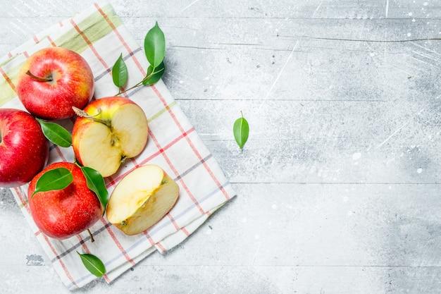 Rote äpfel auf einer serviette.