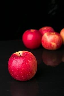 Rote äpfel auf schwarz.