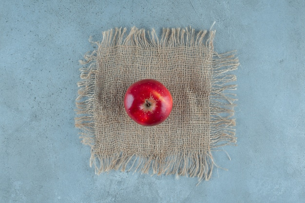 Rote äpfel auf tuch, auf dem marmorhintergrund. foto in hoher qualität