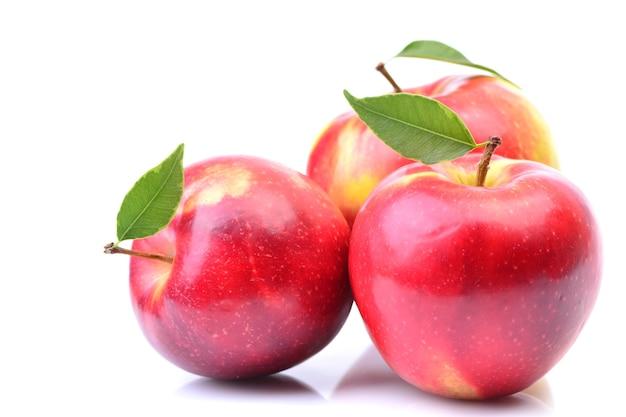 Rote äpfel auf weißer oberfläche