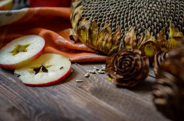 Rote äpfel des weinleseherbstes auf hölzernem hintergrund
