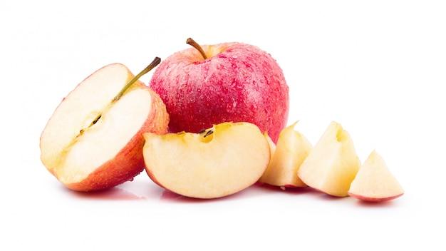 Rote äpfel getrennt auf einem weißen hintergrund
