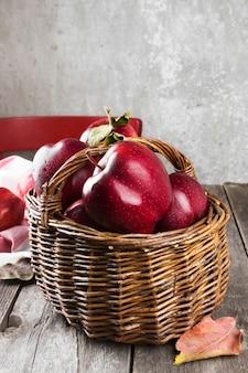 Rote äpfel im geflochtenen korb