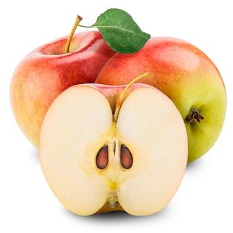 Rote äpfel und die hälfte des apfels an einer weißen wand