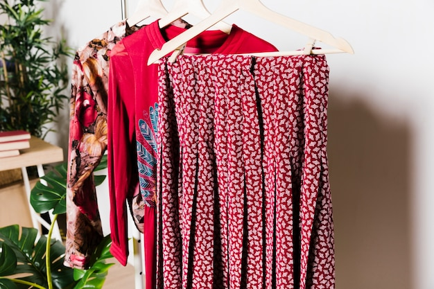 Rote alte kleider auf kleiderbügeln