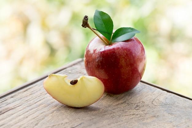 Rote apfelfrucht auf naturhintergrund.