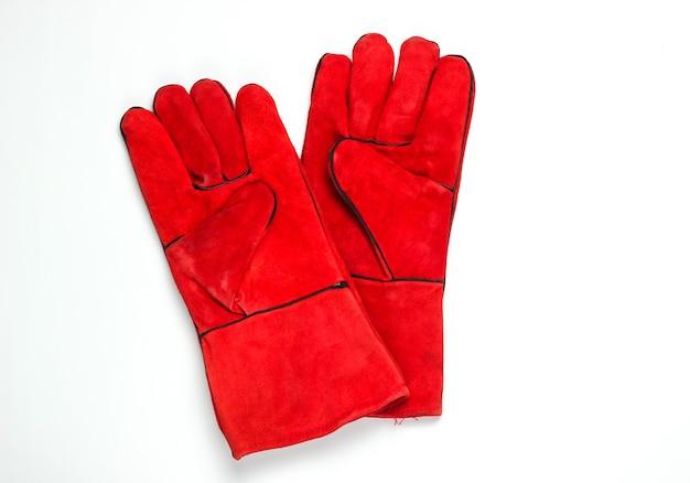 Rote arbeitshandschuhe lokalisiert auf weißem hintergrund