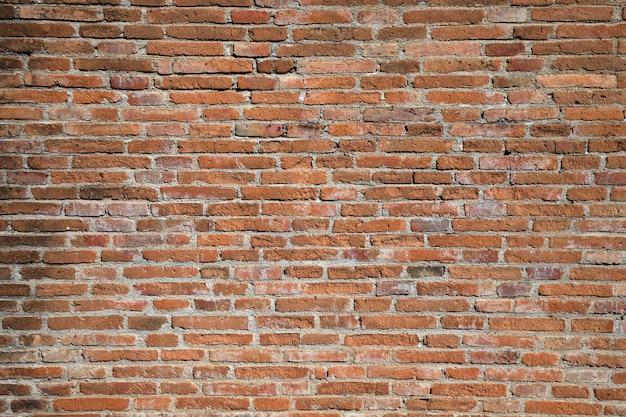 Rote backsteinmauer mit hartem licht und schatten am sonnigen tag