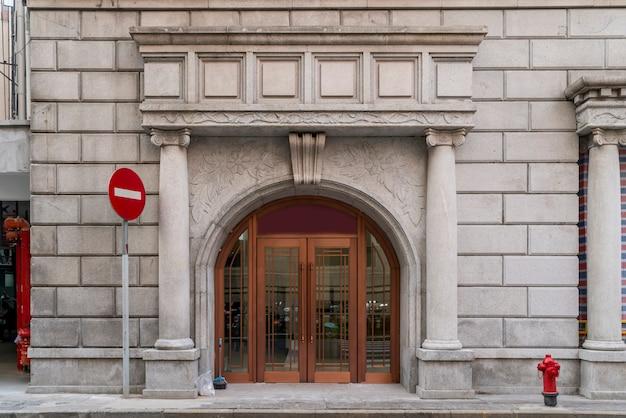 Rote backsteinmauern und türen und fenster in der europäischen architektur