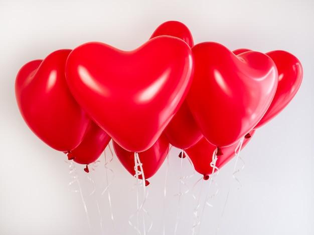 Rote ballons in form eines herzens