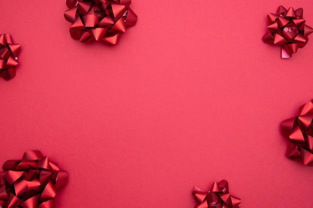 Rote bandbögen auf rotem hintergrund, flache lage.