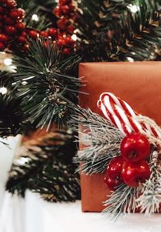 Rote beeren und schneebedeckter weihnachtsbaum festliche komposition des neuen jahres