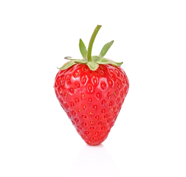 Rote beerenerdbeere lokalisiert auf weißem hintergrund
