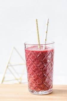 Rote beete, blaubeere und erdbeer-smoothie in einem glas