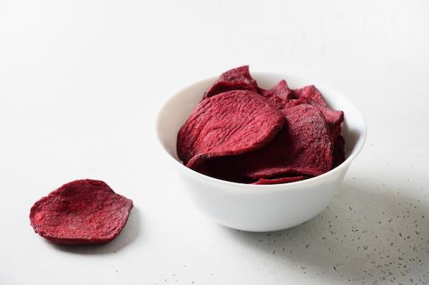 Rote-bete-chips auf einem weißen hintergrund veganer snack