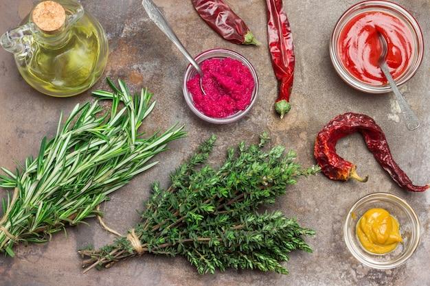Rote-bete-meerrettich-senf-tomatensauce in glasschalen Premium Fotos