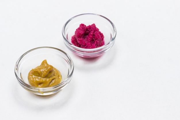 Rote-bete-meerrettich und senf in glasschalen