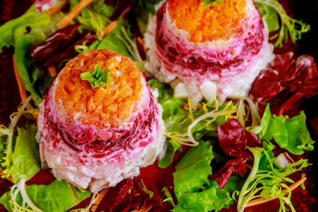 Rote-bete-salat mit hering und gemüse