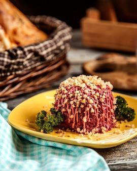 Rote-bete-salat walnuss und mayonnaise seitenansicht