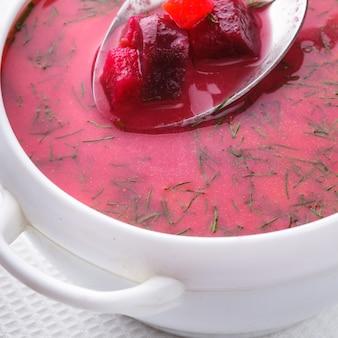 Rote-bete-suppe in der weißen schüssel hautnah