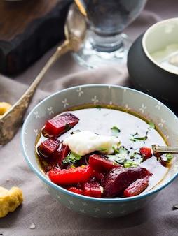 Rote-bete-suppe in schalen auf serviette serviert. mittagessen mit leichtem vegetarischem gericht