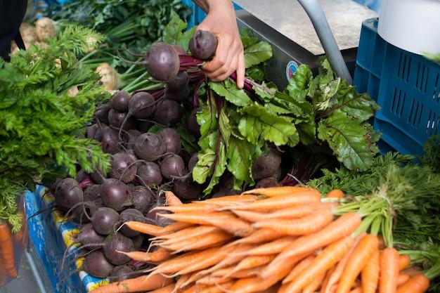 Rote-bete-wurzeln und karotten am markt