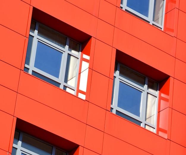 Rote, blaue farbwände eines modernen gebäudes. teil der fassade des gebäudes im stil von high-tech-winkel