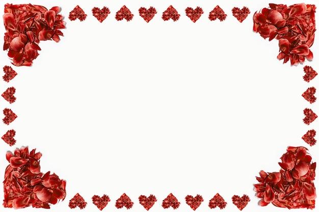 Rote blütenblätter in form von herzen auf weißer oberfläche
