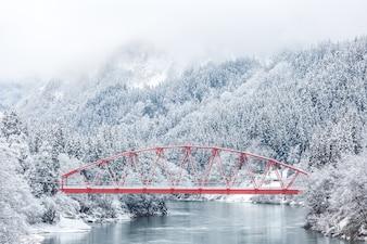 Rote Brücke Winterlandschaft