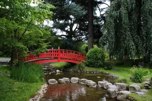 Rote brücke in einem japanischen garten