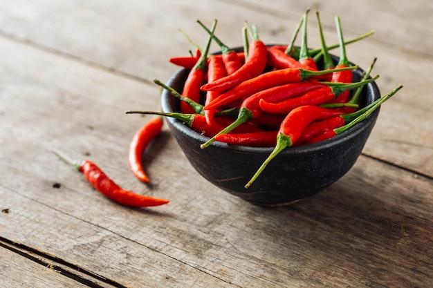 Rote chili auf hölzernen hintergrund