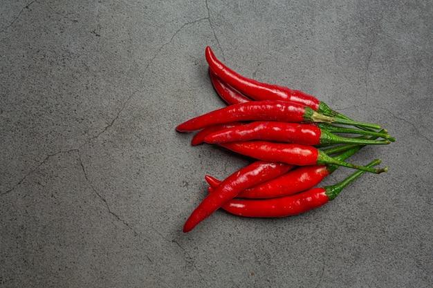 Rote chilipaste auf schwarz.
