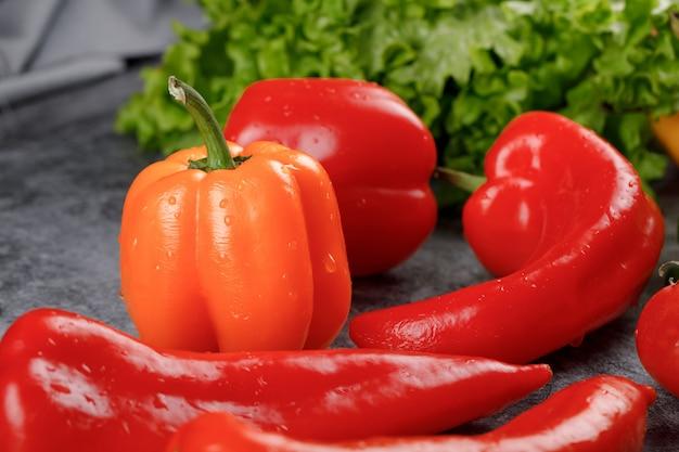 Rote chilis mit gelbem paprika und etwas grün.