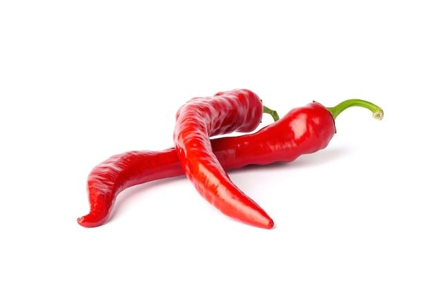 Rote chilischoten isoliert auf weißem hintergrund. scharfe pepperoni