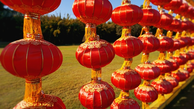 Rote chinesische laterne, die tagsüber in einer reihe für das chinesische neujahrsfest oder die luna-neujahrsfeier in china - hainan hängt.