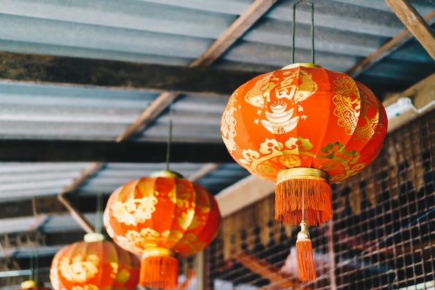Rote chinesische laternen hängen