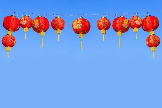 Rote chinesische papierlaternen gegen einen blauen himmel