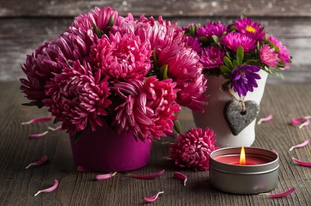 Rote chrysantheme und brennende kerze