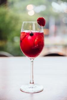 Rote cocktail gefüllte brombeere