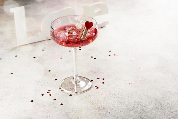 Rote cocktails zum valentinstag