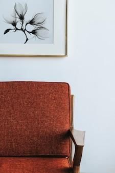 Rote couch an einer weißen wand