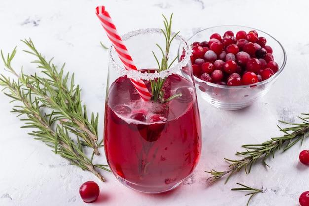 Rote cranberry-rosmarin-cocktails mit rohen früchten
