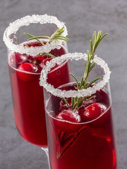 Rote cranberry rosmarin cocktails